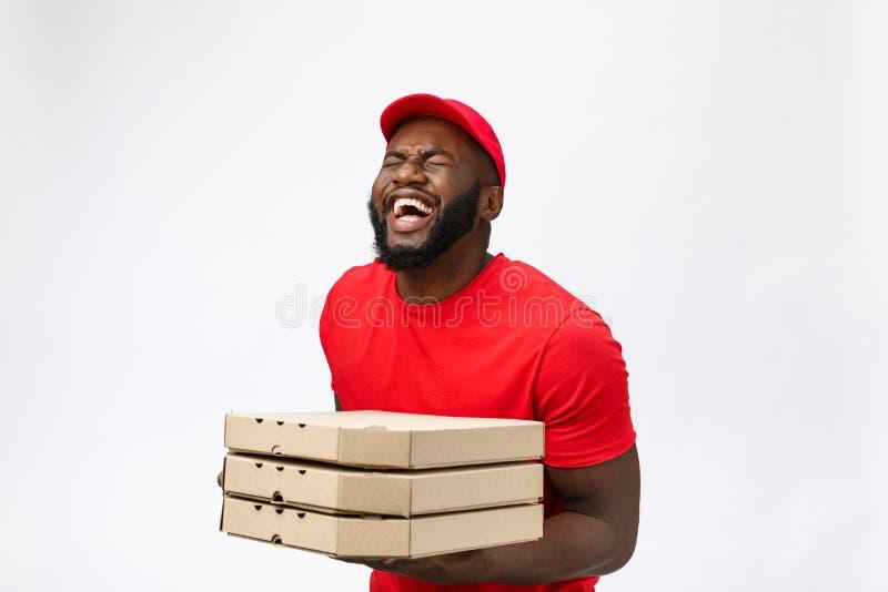 Φωτογραφία του ευτυχούς ατόμου αφροαμερικάνων από την υπηρεσία παράδοσης στην κόκκινη μπλούζα και την ΚΑΠ που δίνει τη διαταγή τρ στοκ φωτογραφία με δικαίωμα ελεύθερης χρήσης