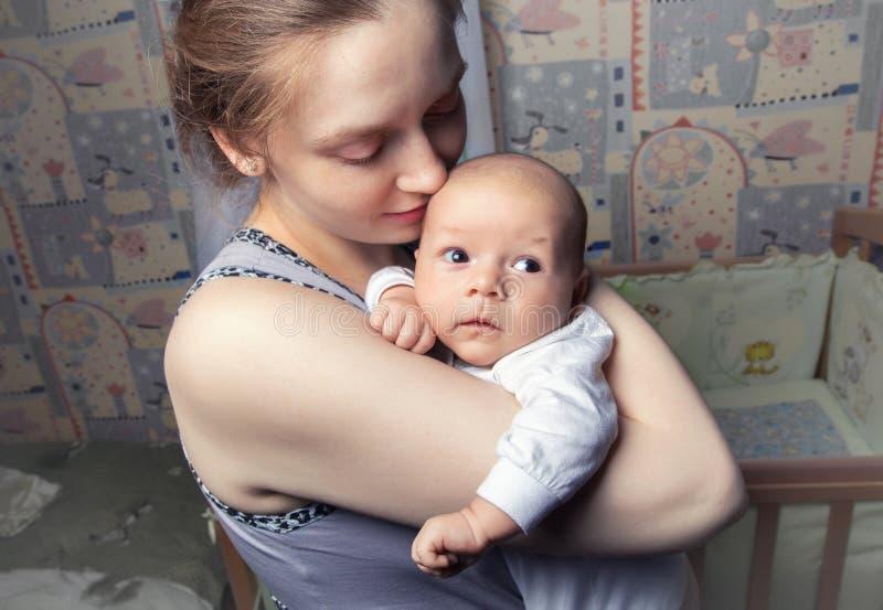 Φωτογραφία του ευτυχούς μωρού εκμετάλλευσης μητέρων στοκ εικόνα