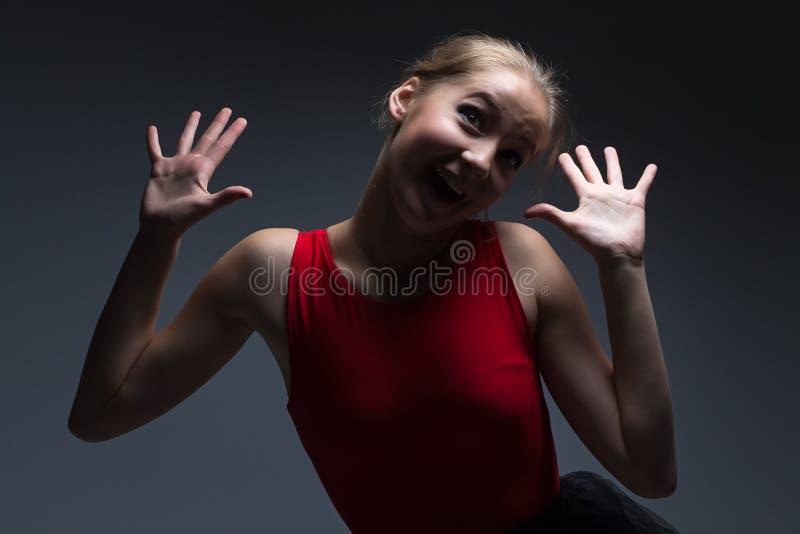 Φωτογραφία του ευτυχούς νέου κοριτσιού στοκ φωτογραφία με δικαίωμα ελεύθερης χρήσης