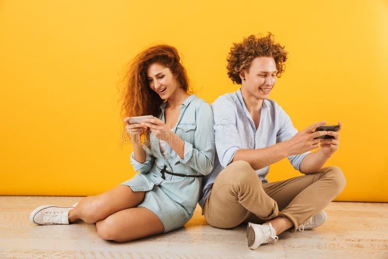 Φωτογραφία του καυκάσιου Si ζευγών ή ελκυστικού ανδρών και γυναικών φίλων στοκ φωτογραφία με δικαίωμα ελεύθερης χρήσης