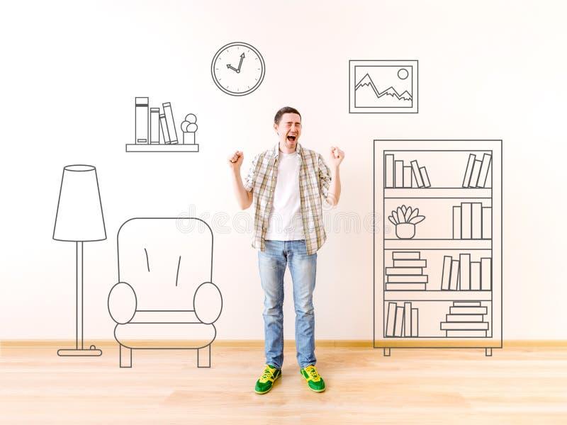 Φωτογραφία του κραυγάζοντας νεαρού άνδρα με χρωματισμένος να τοποθετήσει σε ράφι τοίχων, εικόνα, ρολόι, πολυθρόνα, λαμπτήρας πατω στοκ φωτογραφία με δικαίωμα ελεύθερης χρήσης