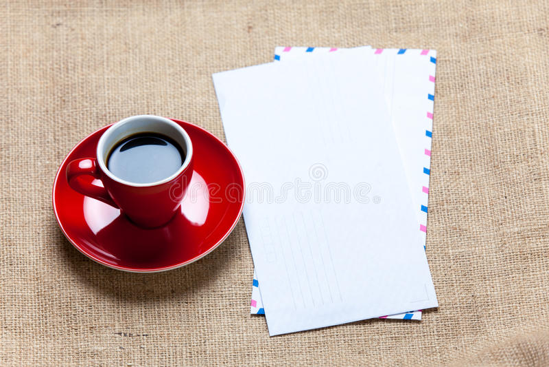 Φωτογραφία του κόκκινου φλιτζανιού του καφέ και διάφορων φακέλων στο wonderfu στοκ φωτογραφίες
