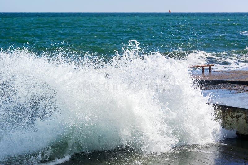 Φωτογραφία του κύματος θάλασσας που σπάζει στη συγκεκριμένη πρόσδεση σε έναν τεράστιο αριθμό των παφλασμών στοκ φωτογραφίες