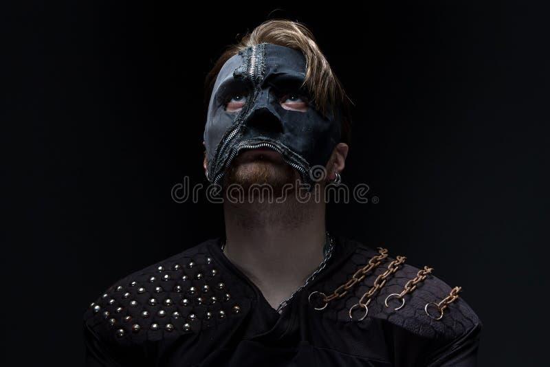 Φωτογραφία του ξανθού ατόμου που ανατρέχει στη μάσκα στοκ εικόνες