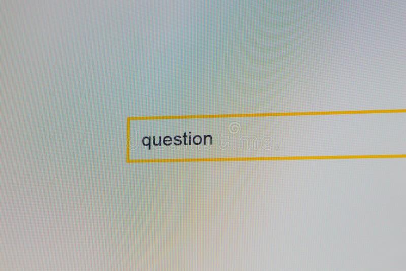 Φωτογραφία του οργάνου ελέγχου υπολογιστών όπου ένα πρόσωπο ψάχνει τις απαντήσεις στις ερωτήσεις σας στοκ φωτογραφία με δικαίωμα ελεύθερης χρήσης