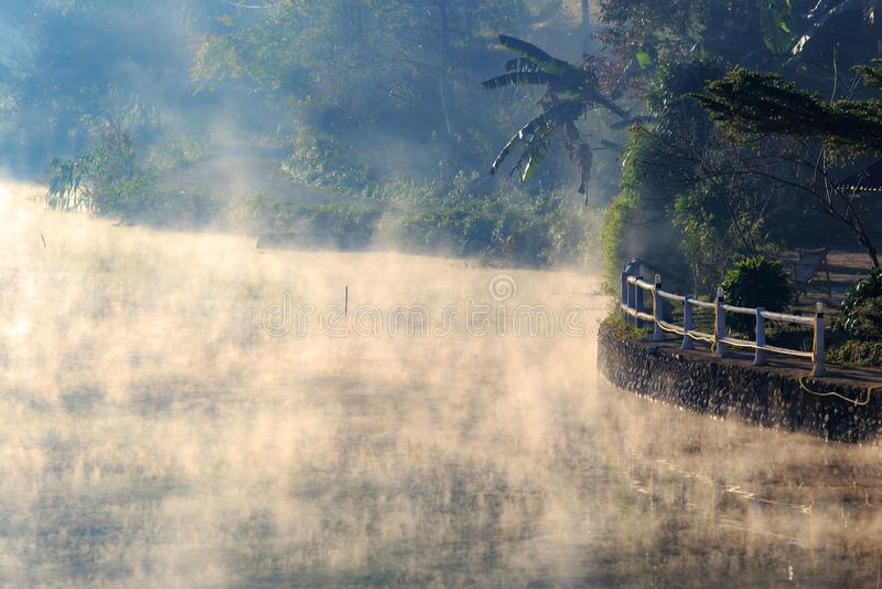 Φωτογραφία του πρωινού με την άσπρη ομίχλη πέρα από τη λίμνη στο ταϊλανδικό χωριό Rak, πόνος Oung, MaeHongSon Ταϊλάνδη στοκ εικόνες με δικαίωμα ελεύθερης χρήσης