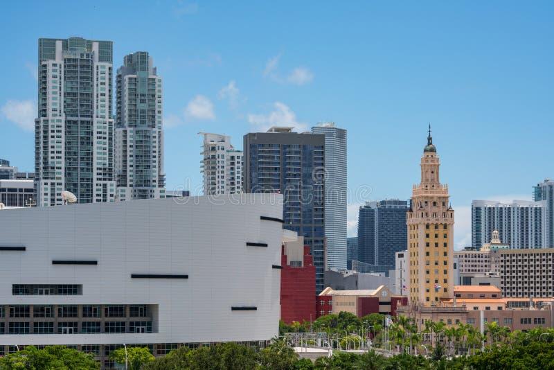 Φωτογραφία του Πύργου της Ελευθερίας Μαϊάμι Πυροβολισμός με έναν φακό telephoto και όλα τα λογότυπα από τη εικονική παράσταση πόλ στοκ εικόνα με δικαίωμα ελεύθερης χρήσης