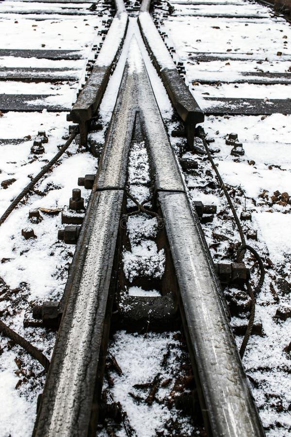 Φωτογραφία του υποβάθρου διαδρομών σιδηροδρόμων κάπου στο railstation στοκ φωτογραφία