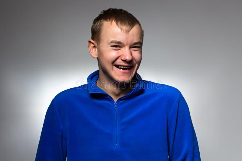 Φωτογραφία του χαμογελώντας ατόμου στο μπλε πουλόβερ στοκ εικόνα με δικαίωμα ελεύθερης χρήσης
