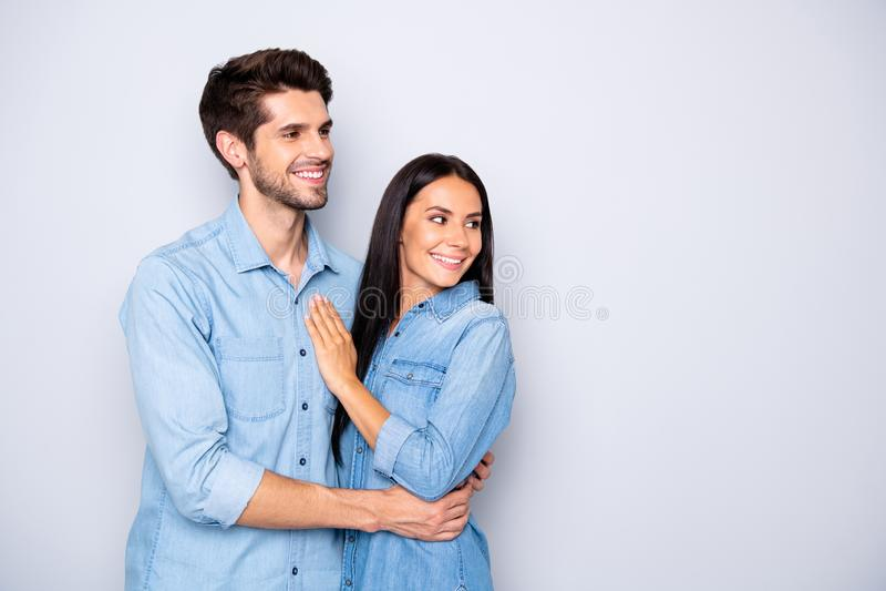 Φωτογραφία του χαριτωμένου, χαριτωμένου και χαριτωμένου ζευγάρι ανθρώπων που κοιτούν μακριά στον άδειο κενό χώρο φορώντας παντελό στοκ εικόνα με δικαίωμα ελεύθερης χρήσης