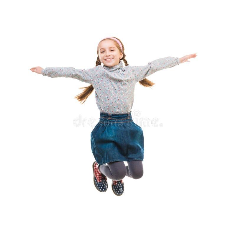 Φωτογραφία του χαρούμενου άλματος μικρών κοριτσιών στοκ εικόνα με δικαίωμα ελεύθερης χρήσης