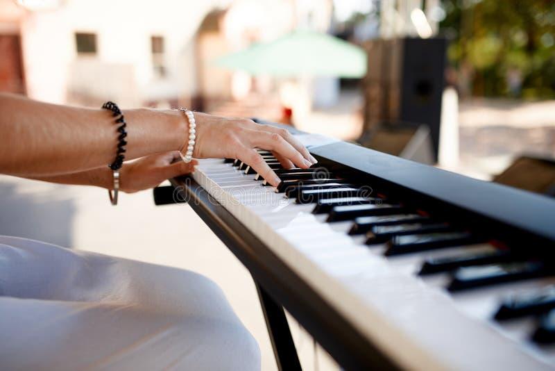 Φωτογραφία του pianist πίσω από το πιάνο στοκ φωτογραφίες με δικαίωμα ελεύθερης χρήσης