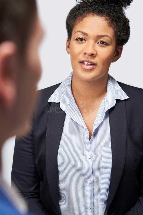 Φωτογραφία Του Studio Από Επιχειρηματίες Που Παίρνουν Συνεντεύξεις Από Επιχειρηματίες Για Την Απασχόληση Τους Σε Λευκό Φόντο στοκ φωτογραφίες