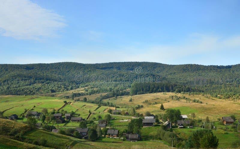 Φωτογραφία των Καρπάθιων βουνών, τα οποία έχουν πολλά κωνοφόρα δέντρα Τοπίο δασών και βουνών στις αρχές της εποχής φθινοπώρου στοκ εικόνα με δικαίωμα ελεύθερης χρήσης