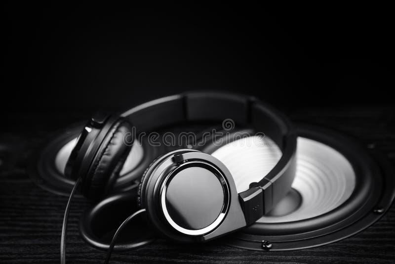 Φωτογραφία των μαύρων ακουστικών στον ακουστικό ομιλητή μουσικής Κινηματογράφηση σε πρώτο πλάνο στοκ εικόνα με δικαίωμα ελεύθερης χρήσης