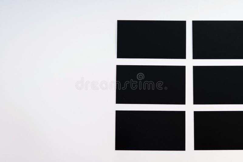 Φωτογραφία των μαύρων κενών επαγγελματικών καρτών σε ένα άσπρο υπόβαθρο Templ στοκ εικόνα