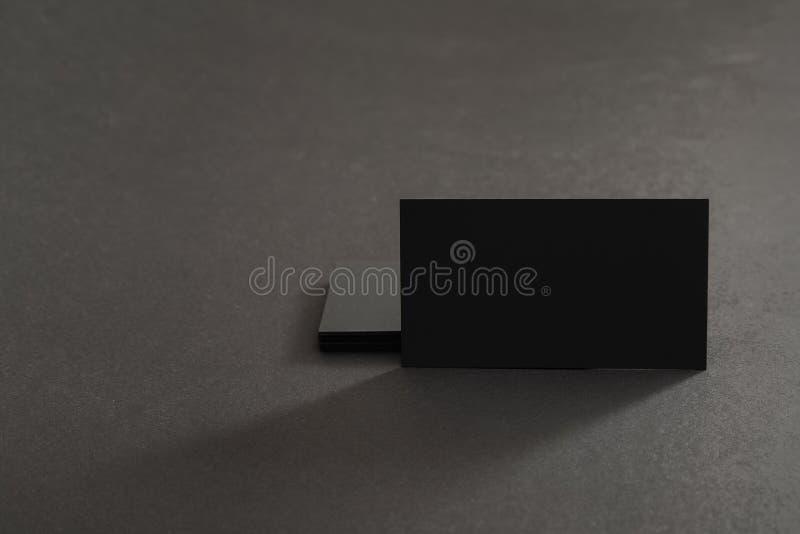 Φωτογραφία των μαύρων κενών επαγγελματικών καρτών σε ένα μαύρο υπόβαθρο Templ στοκ εικόνα με δικαίωμα ελεύθερης χρήσης