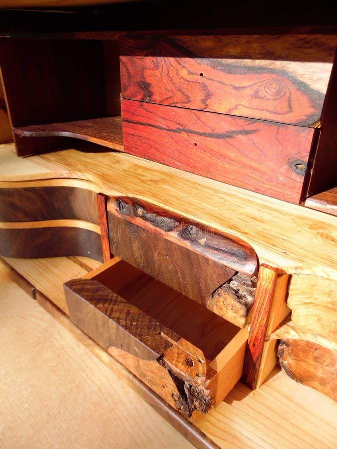 Φωτογραφία των μοναδικών ξύλινων συρταριών Handcrafted στοκ φωτογραφία