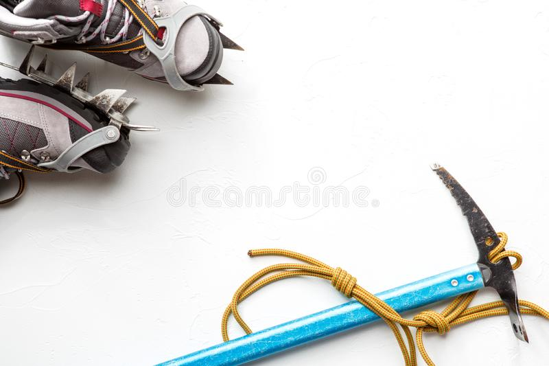 Φωτογραφία των μποτών και της αξίνας στο άσπρο υπόβαθρο στοκ φωτογραφίες με δικαίωμα ελεύθερης χρήσης