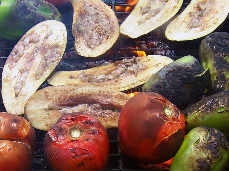 Φωτογραφία των ψημένων στη σχάρα λαχανικών - ντομάτα, πιπέρι και μελιτ στοκ εικόνα