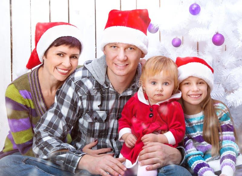 Φωτογραφία Χριστουγέννων μιας ευτυχούς οικογένειας στοκ εικόνα με δικαίωμα ελεύθερης χρήσης