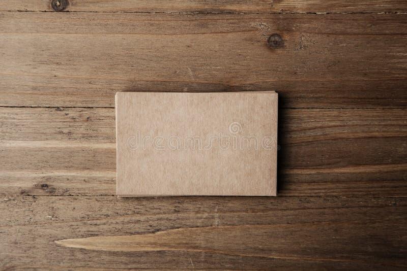 Φωτογραφία δύο σωρού των κενών επαγγελματικών καρτών τεχνών στο υφαντικό υπόβαθρο στοκ φωτογραφίες