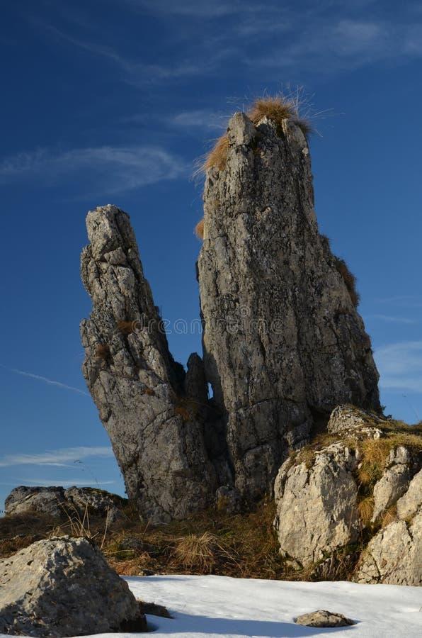 Φωτογραφία Autumm των μόνων βράχων στα όρη suisse στοκ φωτογραφία