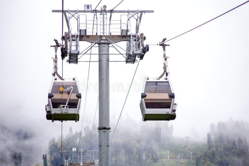 Φωτογραφία funicular στα βουνά στο κλίμα του misty ουρανού στοκ εικόνα