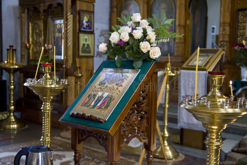 Φωτογραφίες του εσωτερικού του ναού, μια Ορθόδοξη Εκκλησία, κεριά, βωμός στοκ φωτογραφία