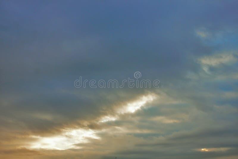 φωτογραφίστε που απεικονίζει το νεφελώδη ουρανό στοκ εικόνα