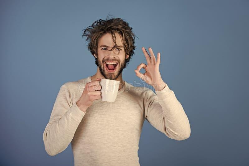 φωτογραφική μηχανή που φαίνεται άτομο Πρωί με τον καφέ ή το γάλα στοκ εικόνα