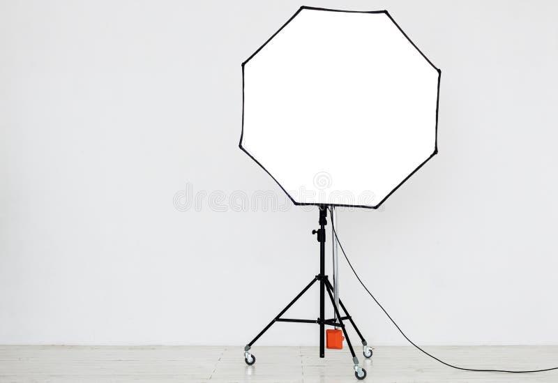 Download Φωτογραφικός φωτισμός σε ένα κενό στούντιο Στοκ Εικόνες - εικόνα από μόδα, φως: 62719674