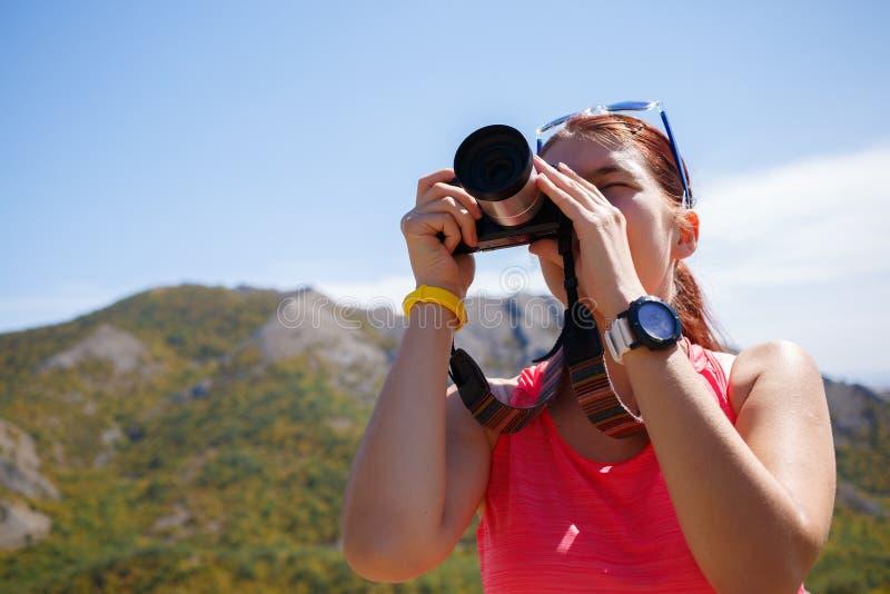 Φωτογραφισμένο κορίτσι υπόβαθρο του βουνού στοκ φωτογραφίες με δικαίωμα ελεύθερης χρήσης