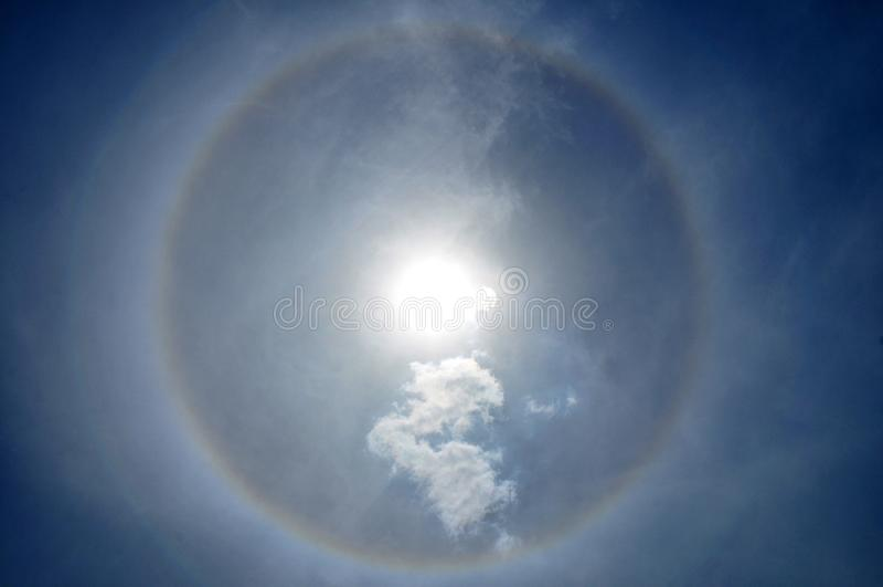 Φωτοστέφανος ήλιων και λεπτό σύννεφο στοκ φωτογραφίες