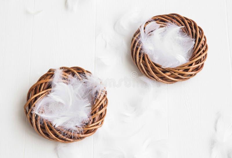 Φωλιές Πάσχας με τις άσπρες διακοσμήσεις φτερών για τα αυγά στοκ εικόνες με δικαίωμα ελεύθερης χρήσης