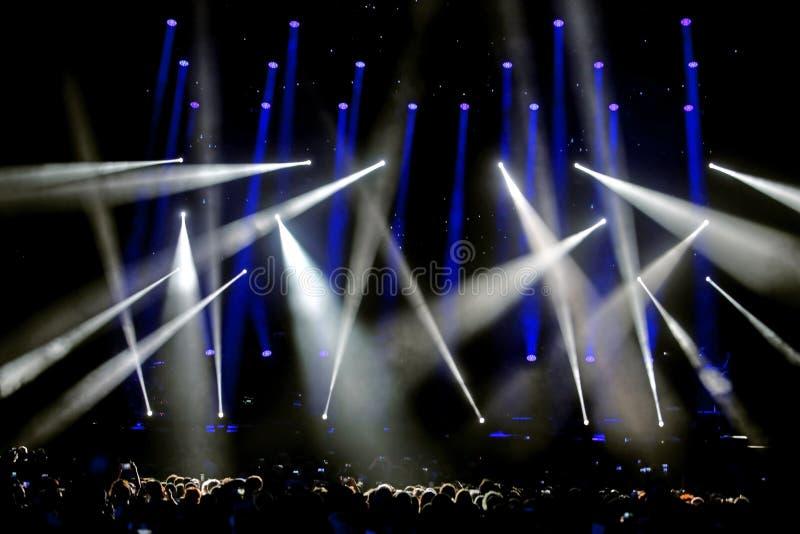 Φω'τα και επίκεντρα στη σκηνή κατά τη διάρκεια της ζωντανής συναυλίας στοκ εικόνα με δικαίωμα ελεύθερης χρήσης