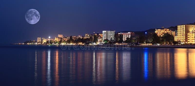 Φω'τα ξενοδοχείων θάλασσας πανοράματος τοπίων νύχτας στοκ εικόνα