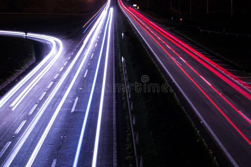 Φω'τα που διασχίζουν το δρόμο τη νύχτα στοκ φωτογραφία