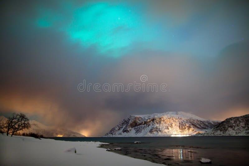 Φω'τα που κρύβονται βόρεια από τα σύννεφα στοκ εικόνα