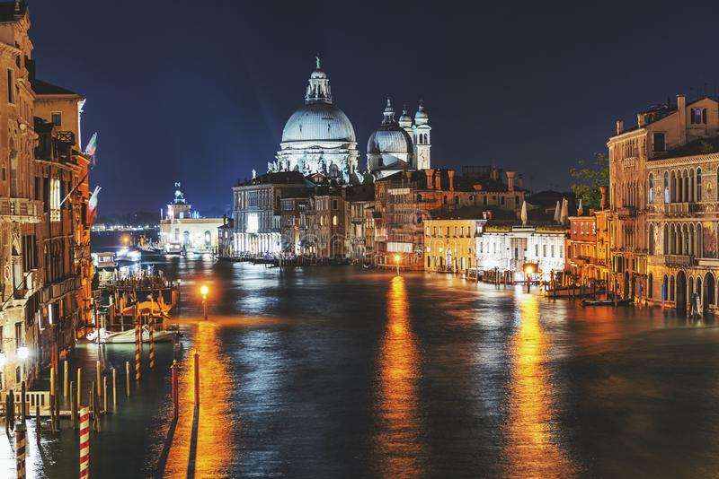 Φω'τα πόλεων νύχτας στο μεγάλο κανάλι στη Βενετία, Ιταλία στοκ φωτογραφία με δικαίωμα ελεύθερης χρήσης