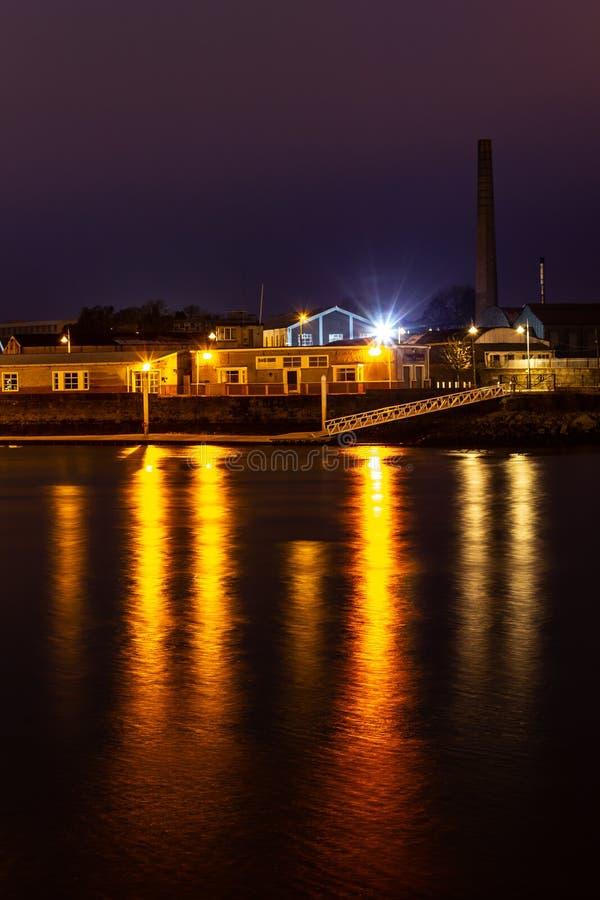 Φω'τα πόλεων στον ποταμό του Shannon στοκ φωτογραφία