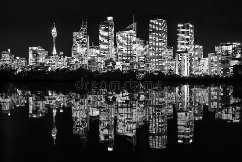 Φω'τα πόλεων του Σίδνεϊ τή νύχτα με τις αντανακλάσεις στο νερό στοκ εικόνα με δικαίωμα ελεύθερης χρήσης