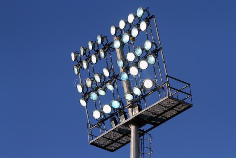 Φω'τα σταδίων σε μια ανασκόπηση μπλε ουρανού στοκ εικόνα με δικαίωμα ελεύθερης χρήσης