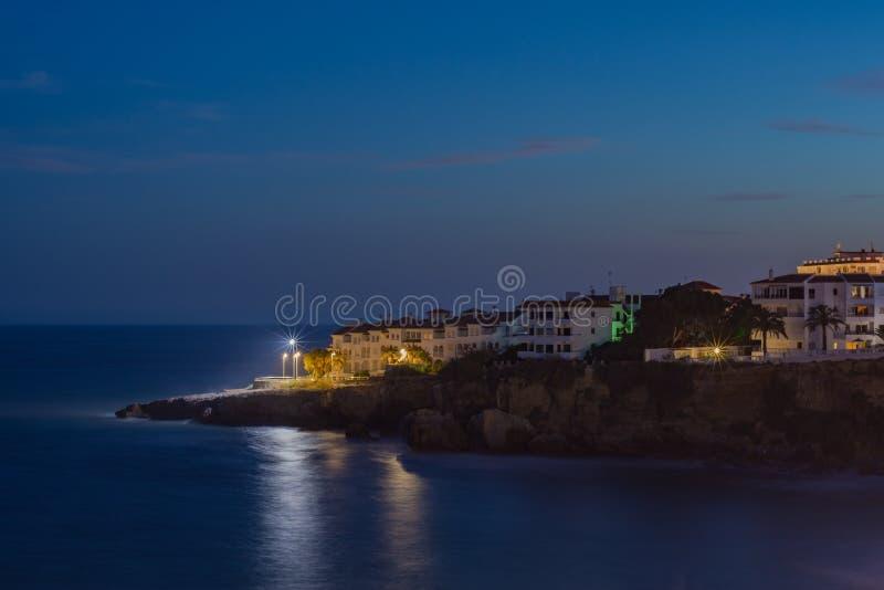 Φω'τα στη νύχτα που αγνοεί τη θάλασσα στοκ φωτογραφία