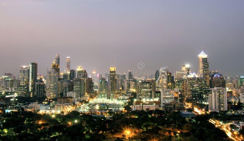 Φω'τα του κτηρίου, ορίζοντας πόλεων με τους αστικούς ουρανοξύστες τη νύχτα στοκ εικόνες με δικαίωμα ελεύθερης χρήσης
