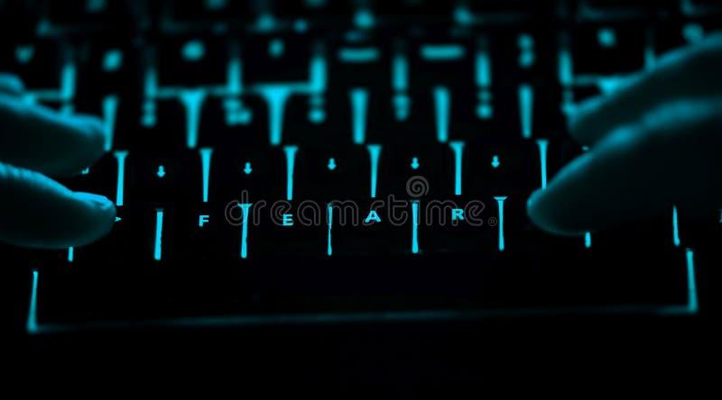 Φόβος - κείμενο στο φωτισμένο πληκτρολόγιο υπολογιστών τη νύχτα στοκ εικόνες