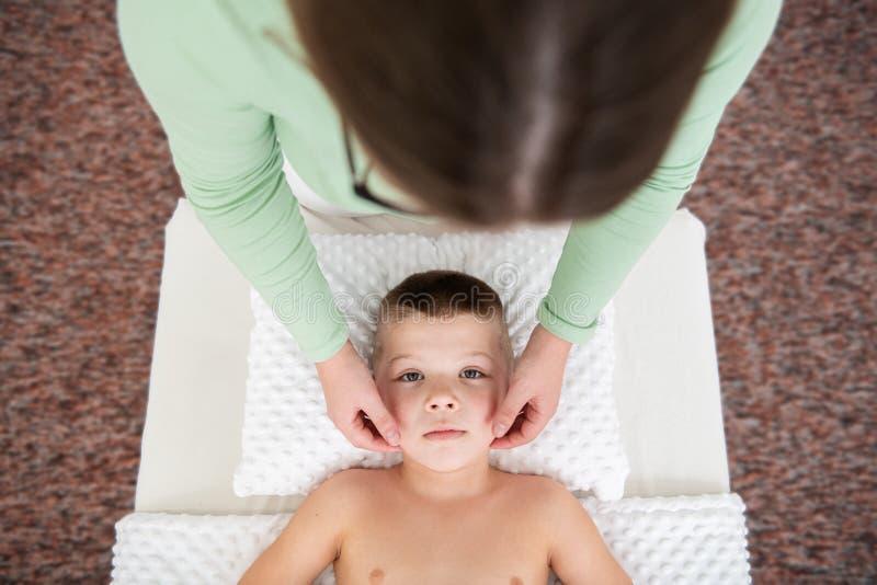Φόντο έννοιας μασάζ για παιδιά Γυναίκα θεραπευτής κάνει μασάζ σε νεαρό αγόρι Επάνω όψη στοκ φωτογραφίες με δικαίωμα ελεύθερης χρήσης