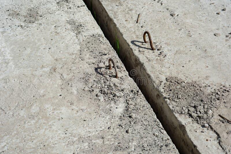 Φόντο από πλάκες σκυροδέματος με βρόχους στερέωσης στοκ φωτογραφία με δικαίωμα ελεύθερης χρήσης