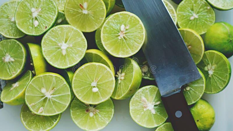 Φόντο ασβέστου Κοντινό πλάνο από λίμες Επιλεκτική εστίαση της ασβέστου σε φέτες Ο ασβέστης είναι ένα είδος φρούτου Το αποτέλεσμα  στοκ φωτογραφία με δικαίωμα ελεύθερης χρήσης