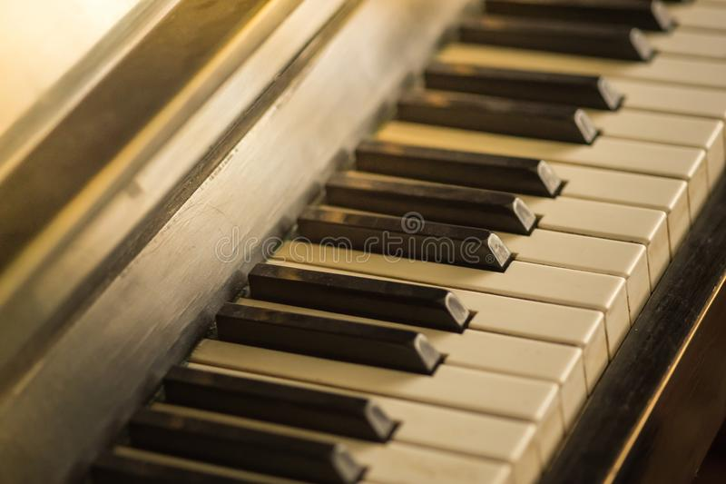 Φόντο πληκτρολογίου πιάνου με επιλεκτική εστίαση, ζεστά χρώματα στοκ φωτογραφίες με δικαίωμα ελεύθερης χρήσης